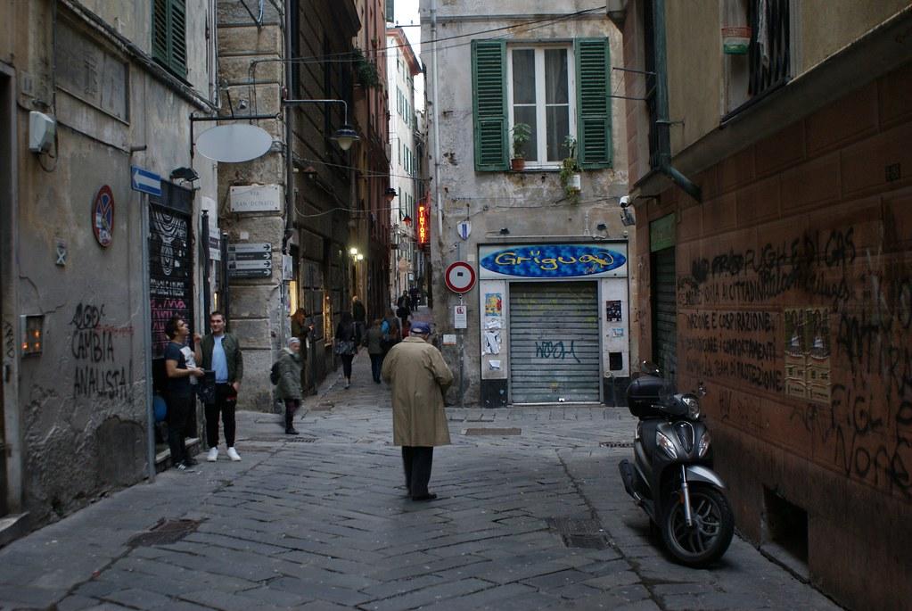 Ruelle du centre historique de Gènes à l'heure de la sortie des classes.