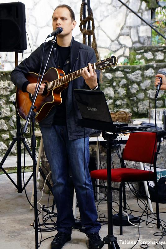 Гитарист во время выступления