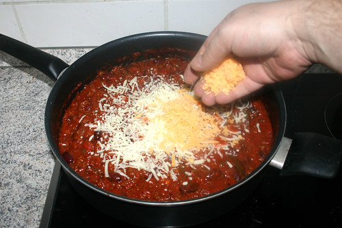 18 - Mozzarella & Cheddar in Sauce geben / Add mozzarella & cheddar to sauce
