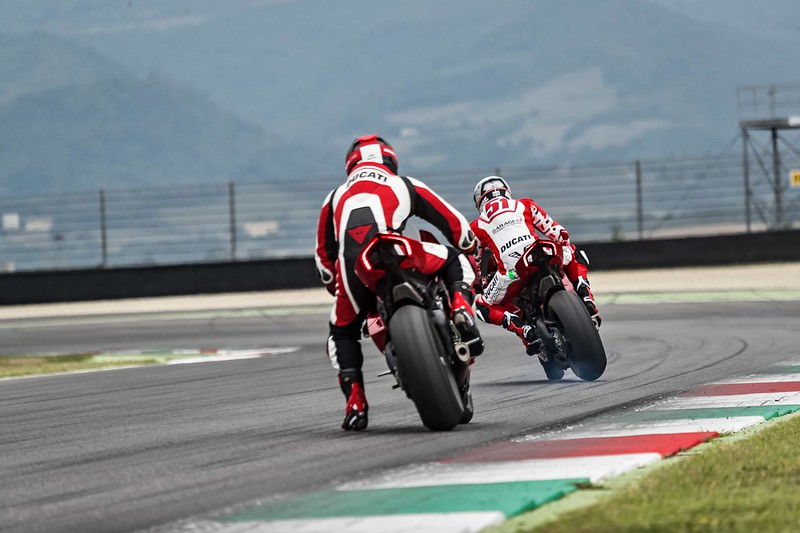 48_DUCATI PANIGALE V4 R ACTION_UC69235_Mid