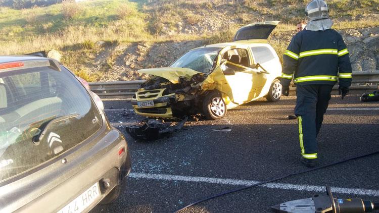 Un conductor es rescatado por los bomberos en un accidente de tráfico en Tarifa