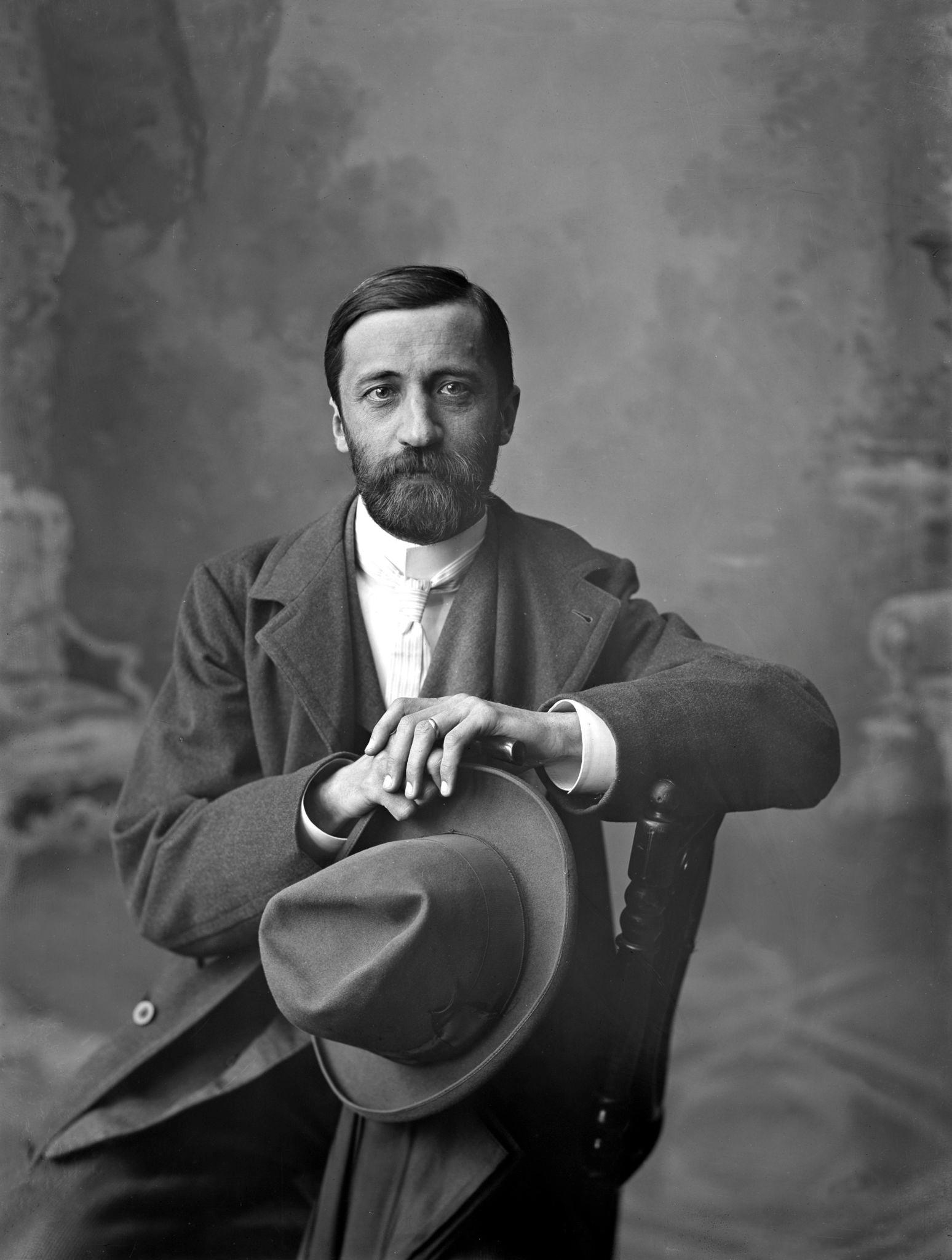 Писатель Дмитрий Мережковский в портретной студии Максима Дмитриева