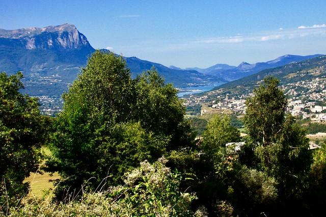 Au loin le lac de serre ponçon à droite le village d'Embrun Htes Alpes région PACA France ⛰⛷🐠