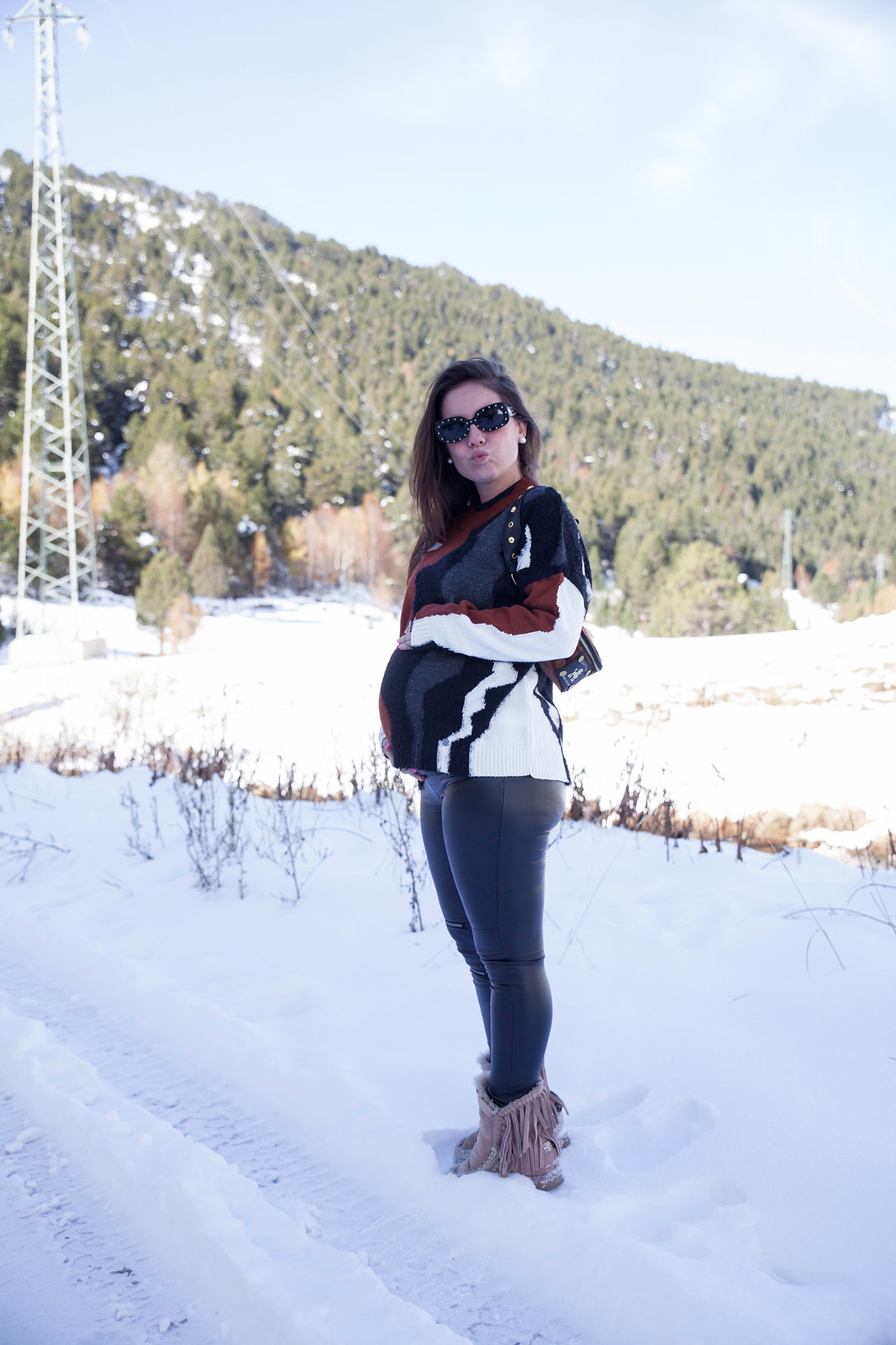 02_combinar_jersey_marron_outfit_nieve_embarazada_theguestgirl_embarazo_33semanas_pregnant_style_influencer_barcelona