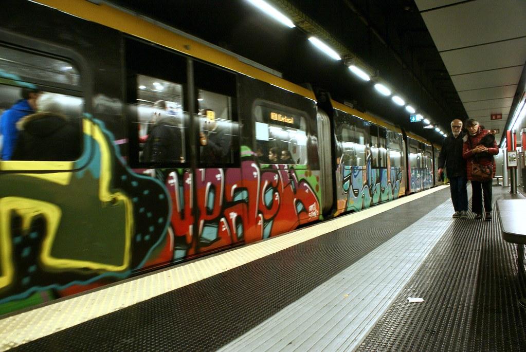 Dans le métro de Gènes avec une rame décorée.