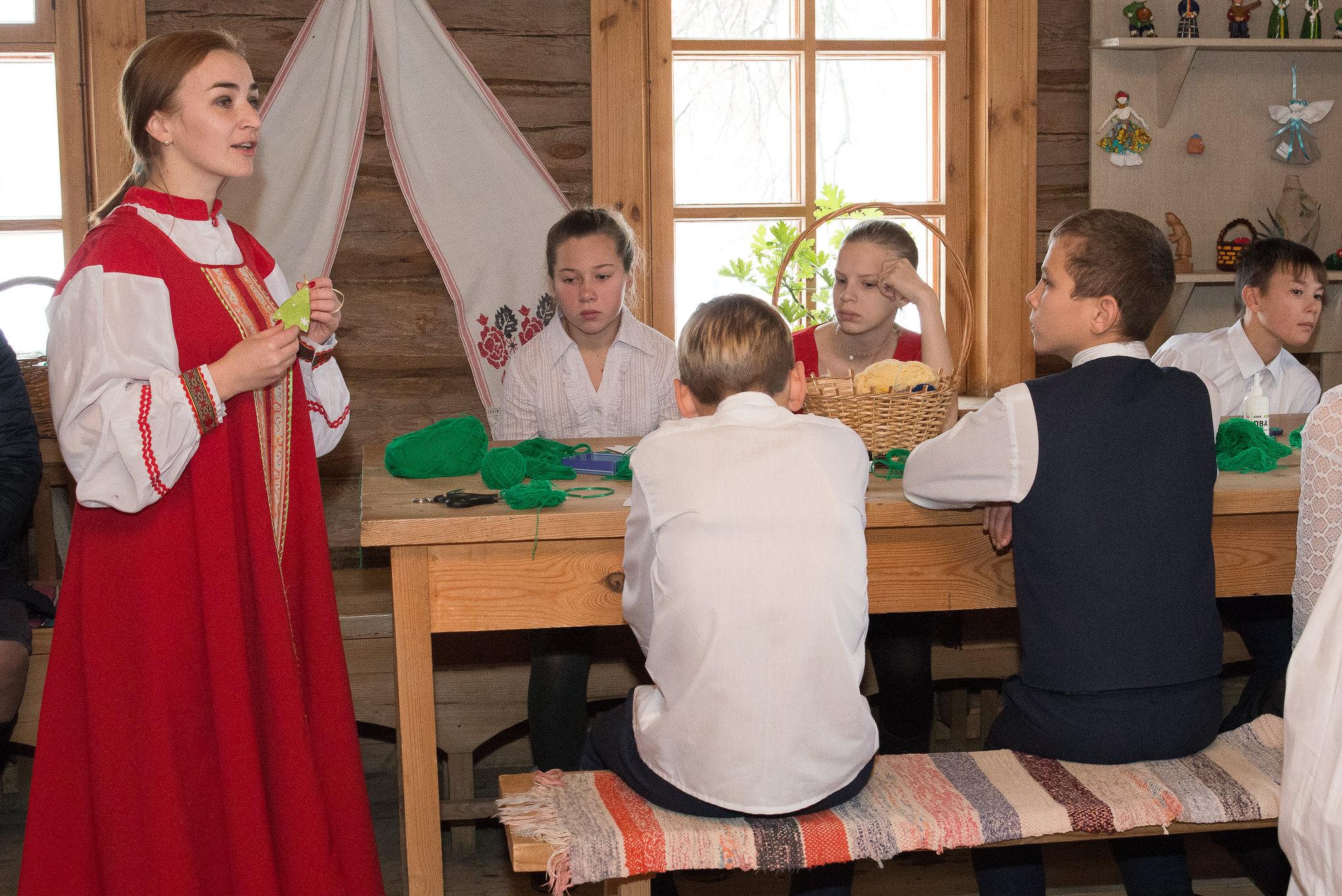 Мастер-класс с детьми по изготовлению елочных игрушек в музее «Тарханы» в рамках акции «Музей для всех!»