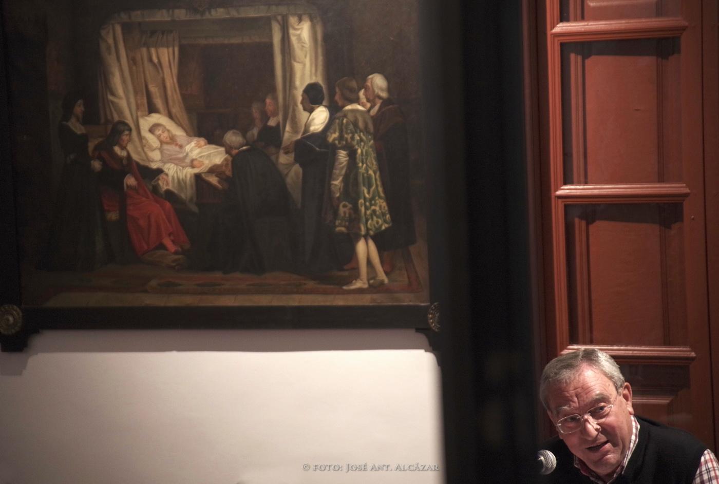 retrato de un conferenciante con una pintura histórica y una ventana de fondo