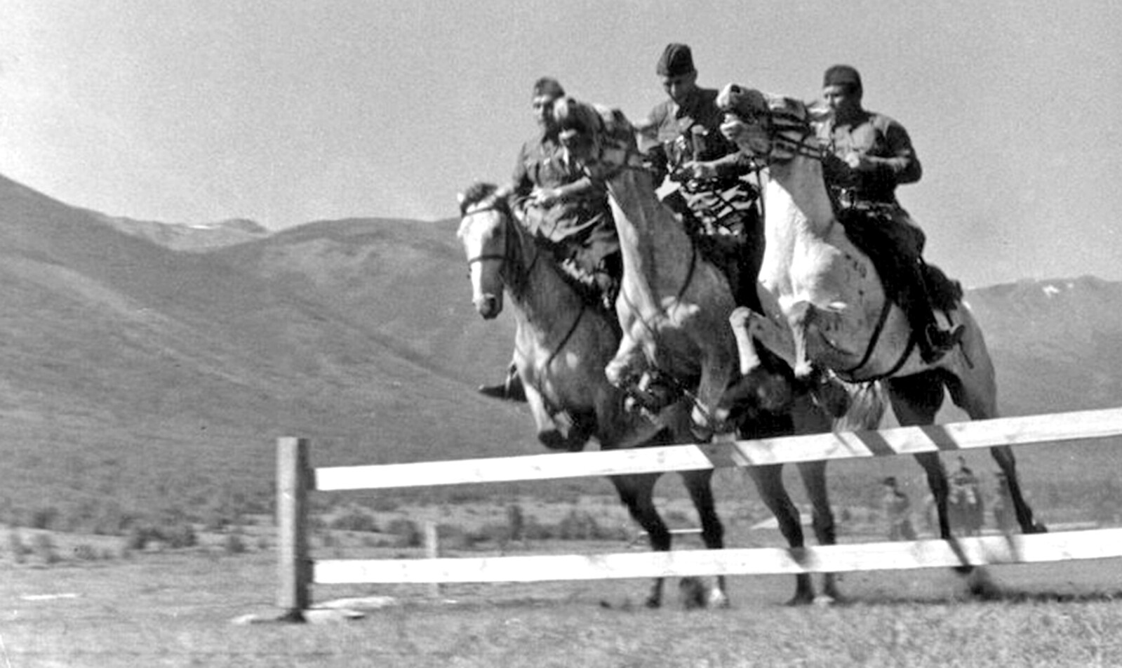 1940. Катон-Карагайский район Восточно-Казахстанской области Казахской ССР. Личный состав кавалерийской пограничной заставы на занятиях по конной подготовке