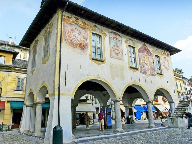 Italie, le Lac d'Orta, les accades de l'ancien Palais d'Orta San Jiulio