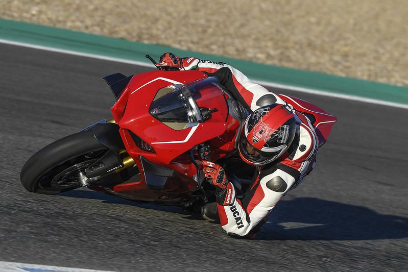 Panigale V4 R Action 09_UC69906_Mid
