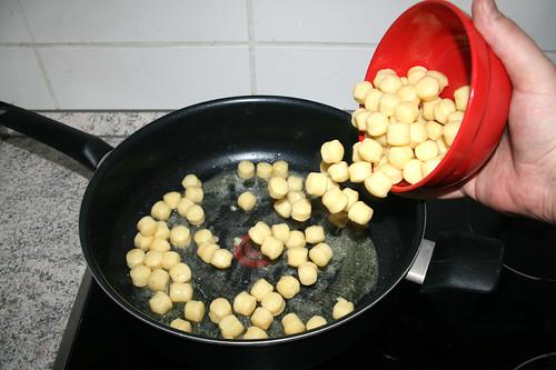 11 - Gnocchi in Pfanne geben / Put gnocchi in pan