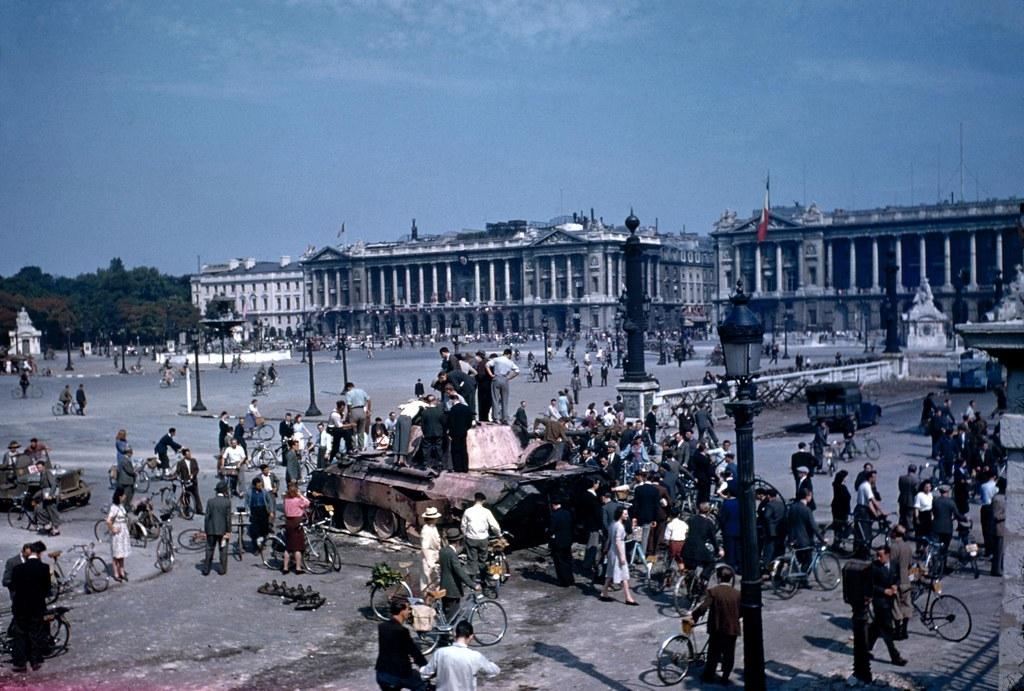 1944. Парижане толпятся вокруг сгоревшего немецкого танка, выставленного на площади Согласия