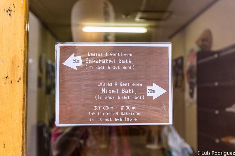 Indicaciones en inglés sobre la localización de los baños