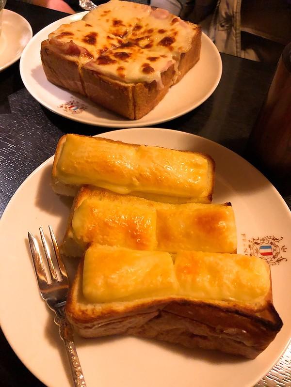 手前がチーズトースト、奥がハムチーズトースト。味がレトロで母の味。@2019.01.27