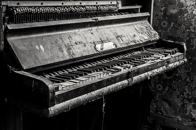 Old piano at Endean, Canon EOS-1D X, Canon EF 24-70mm f/2.8L