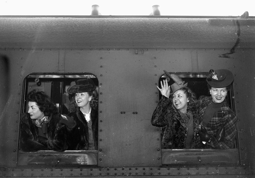 1942. Отъезд Даниэль Дарьё и других актрис для презентации фильма Анри Декуэна в Берлине