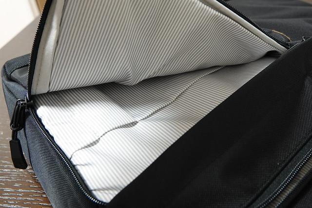 tomtoc 大容量 ショルダーバッグ 13-15.6インチ ラップトップ対応 ビジネスバッグ カジュアル PC保護 仕分け 通勤 通学 出張 一泊 荷物、 ブラック