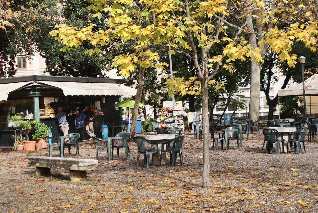 Petit café dans le parcSpianata dell'Acquasola à Gènes d'où vous aurez une vue panoramique sur Gènes.