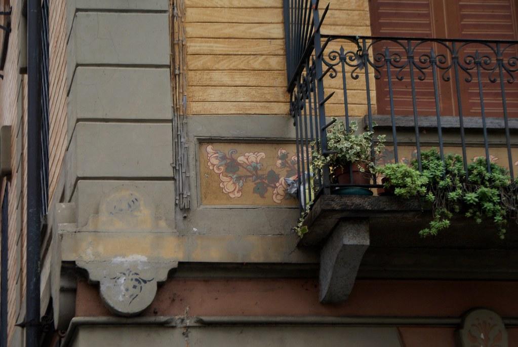 Balcon fleuri du quartier de Borgo Po à Turin.
