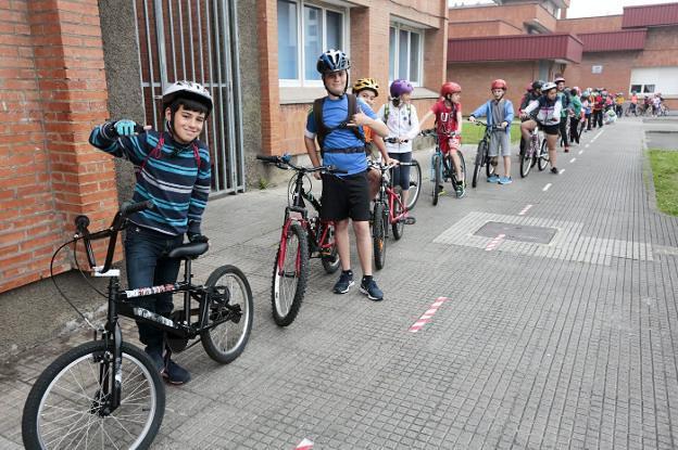 Alumnso del Mata con las bicis para ir al cole