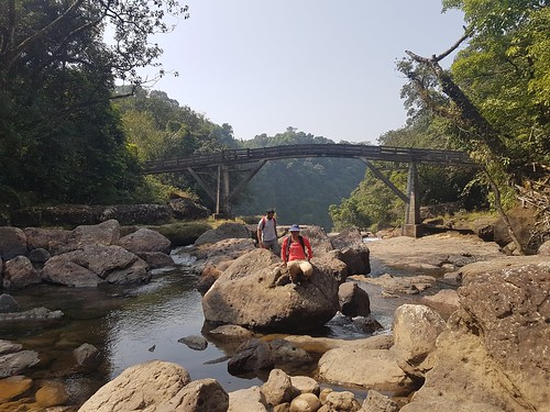 mawlynnong-hike-river-bed