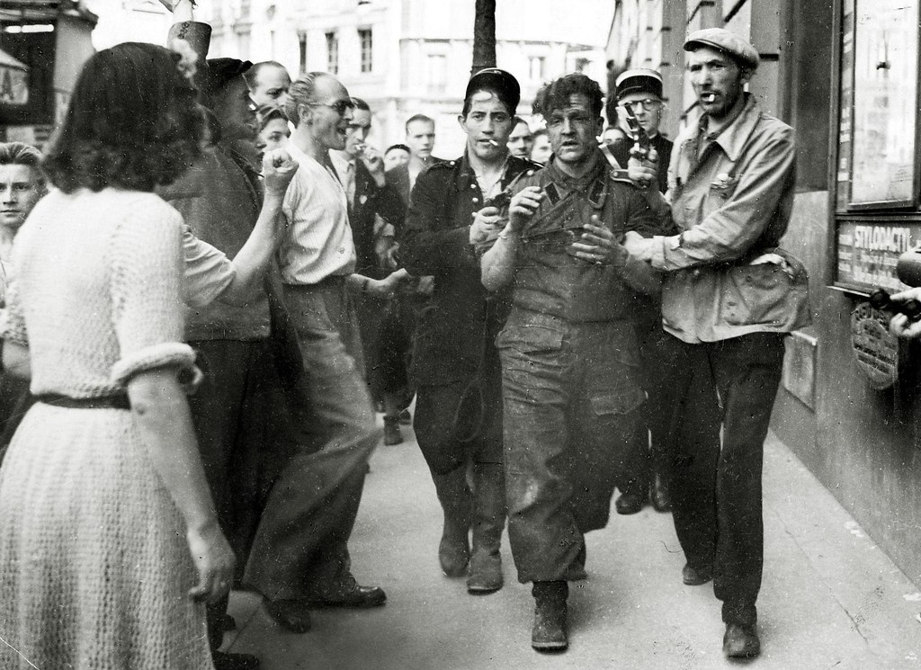1944. Парижане поймали немецкого снайпера