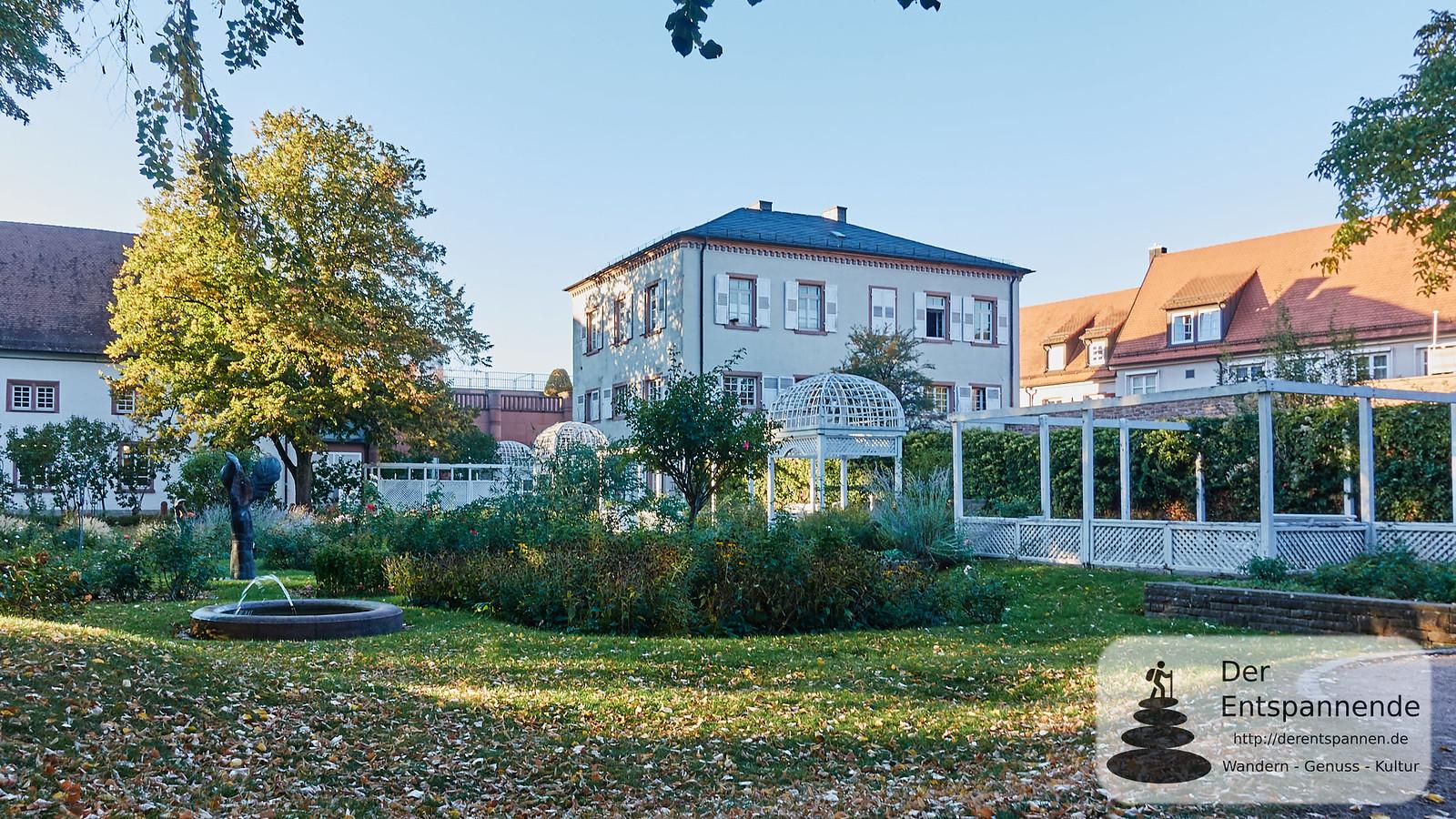 Rosengarten und Eingang zum Apothekergarten in Ettlingen