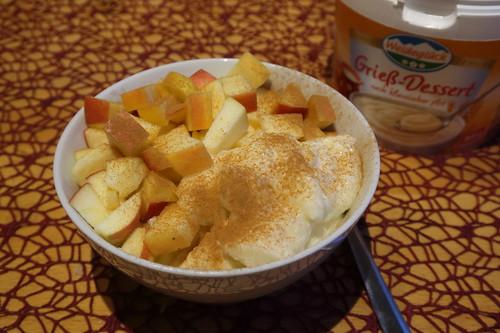 Verzehrfertiges Grieß-Dessert mit Apfelstückchen