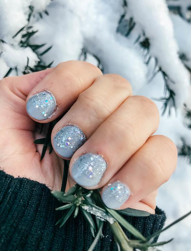 IMG_2604,PC234919, kynnet, nails, kynsilakka, nail polish, gray nails, glitter nails, harmaa glitter kynsilakka, essie gel setter, essie päällyslakka, winter nails, talvinen kynsilakka, beauty, kauneus, nail inspo, liukuva kynsilakkaus, sliding nail polish,