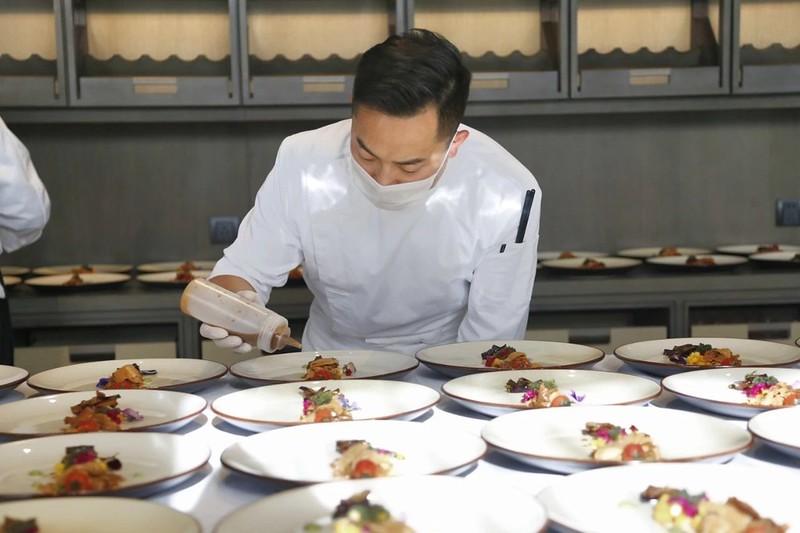 聶敬軍在良食大學「綠色菜單」發表會上準備食材。照片來源:良食大學。