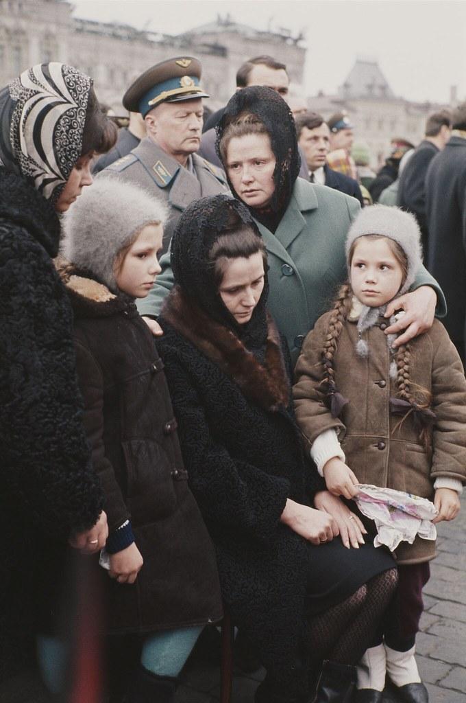 1968. Жена Юрия Гагарина со своими двумя дочерьми Еленой и Галиной на Красной площади в Москве во время похоронной процессии