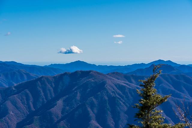 御前山と三頭山・・・スカイツリーも見える@乾徳山