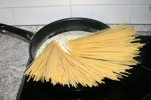 47 - Ungekochte Nudeln in Pfanne geben / Put uncooked noodles in pan