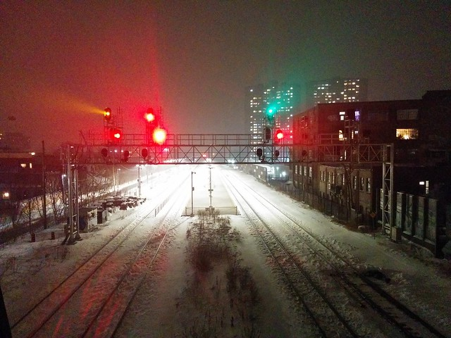 Red and green lights in fog #toronto #wallacepedestrianbridge #junctiontriangle #skyline #night #fog #thecrossways #dundaswest #rail #red #green