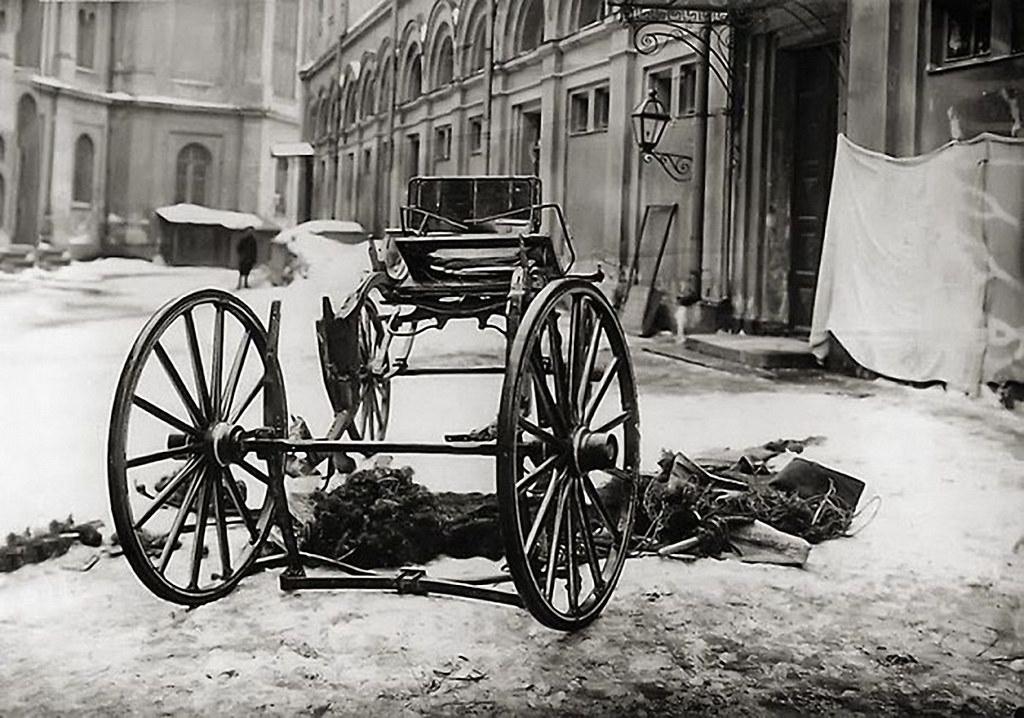 Разрушенная взрывом карета, в которой находился великий князь Сергей Александрович. 18 февраля