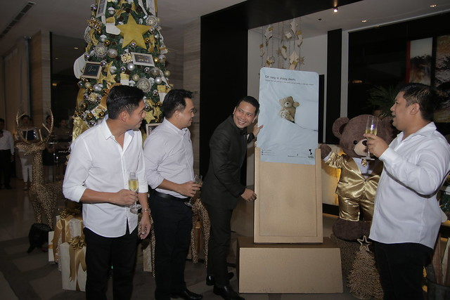 (L-R) Damosa Land VP Cary Lagdameo, Vice Mayor Mike Dakudao, GM Ken Kapulong, and Councilor Al Alejandre in ceremonial tree lighting