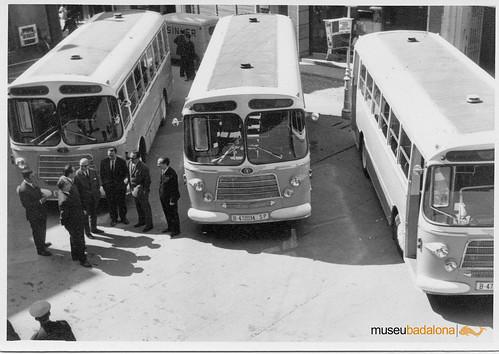 tres autobusos Nazar amb les autoritats a la plaça Ajuntament