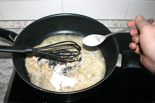41 - Mehl einrühren / Stir in flour
