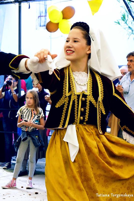 Девушка во время традиционного бокельского танца