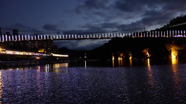 吊橋燈光大亮的樣子