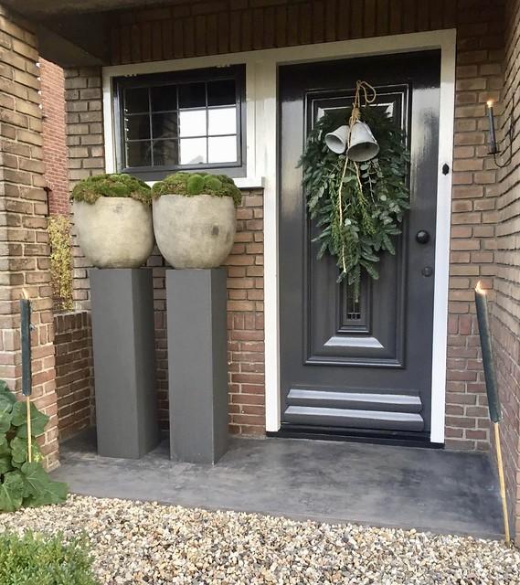 Kerst voordeur zuilen potten