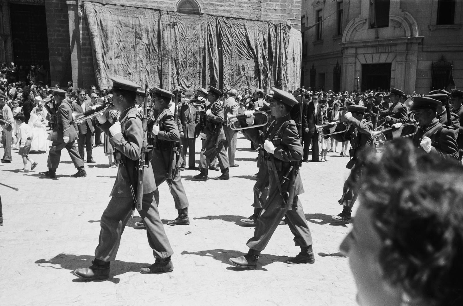 Soldados tocan música en la Procesión del Corpus Christi de Toledo en 1955 © ETH-Bibliothek Zurich