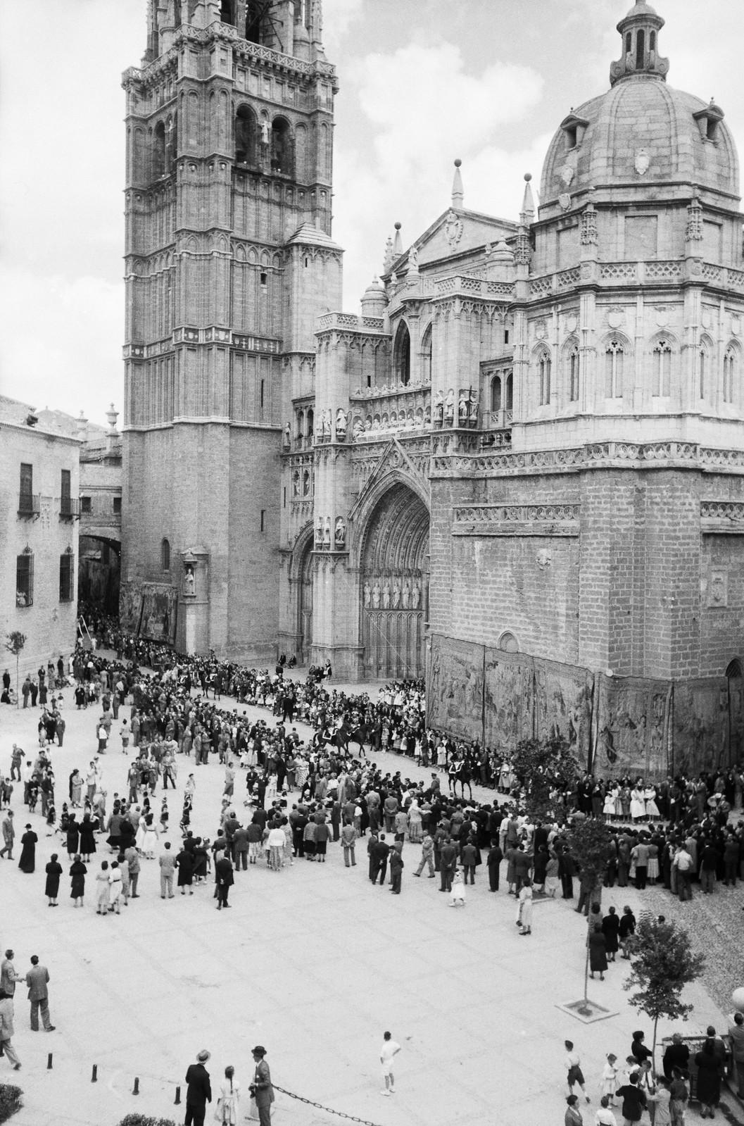 Procesión del Corpus Christi de 1955 en Toledo a su paso por la Plaza del Ayuntamiento y la Catedral © ETH-Bibliothek Zurich