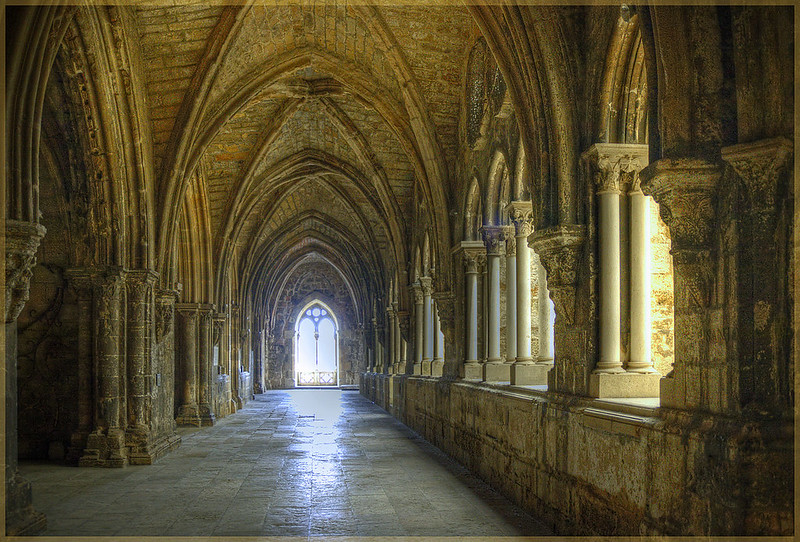 1280px-LisbonCathedral-Cloisters