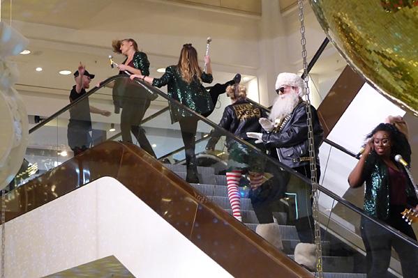 le père noel est dans l'escalier