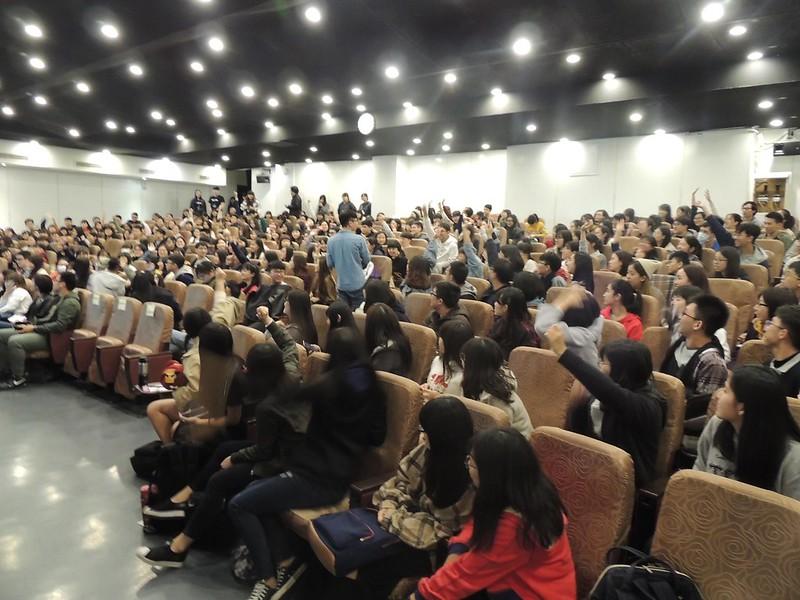 同學們踴躍舉手提問。圖/廖郁菁攝