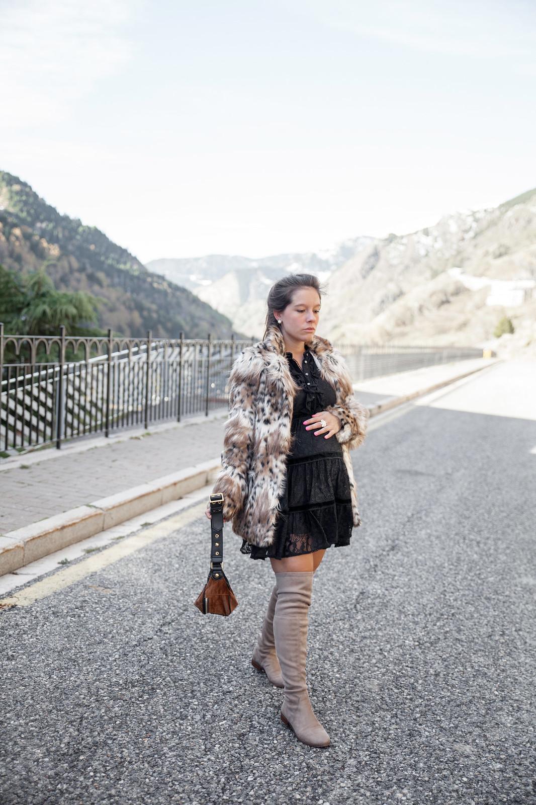 02_Leopard_print_coat_fur_majorelle_theguestgirl_highly_preppy_vestido_plumeti_little_black_dress_lbd_pregnant_chaqueta_leopardo_revolve
