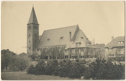 Den Haag: Zicht op de Allerheiligst Sacramentskerk aan de Sportlaan