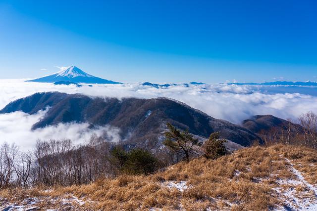 富士を眺めながら湯ノ沢峠へ下り始める