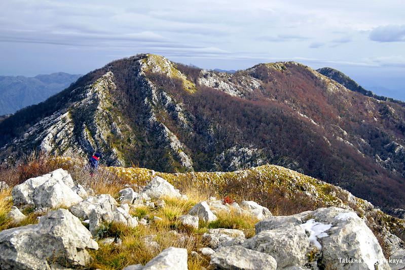 Финальный участок дороги к вершине Каменски Кабао и горы на заднем плане
